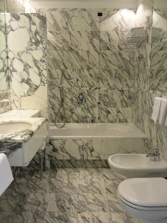 Parkhotel Laurin: Elegant white marble bathroom (room 503)