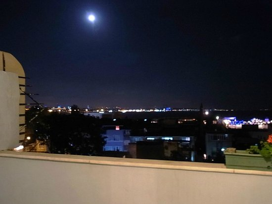 Historia Hotel: テラスから見たイスタンブールのお月様