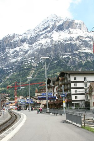 Derby Hotel: Derby on right of Train station - Wetterhorn behind