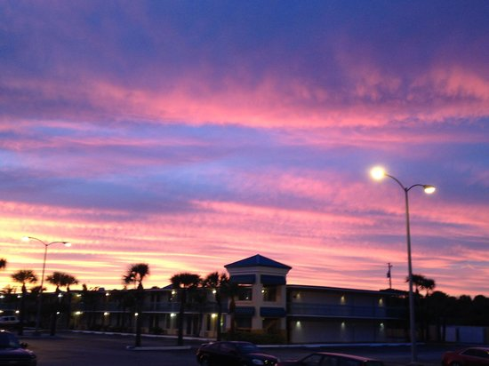 International Palms Resort & Conference Center Cocoa Beach: Sunset viewed from Mamba's