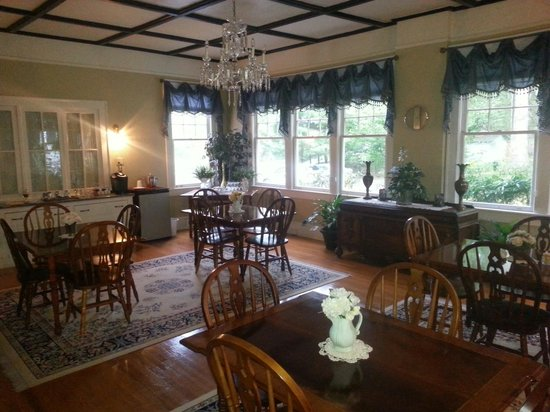 Aunt Adeline's Bed and Breakfast: Gorgeous historic dining room.