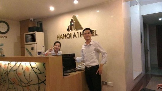 Hanoi A1 Hotel: At the Lobby with Mr. the Staff