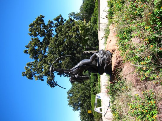 Gilcrease Museum: Statue outside of entrance