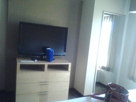 كومفرت سويتس مونروفيل: Tv Area with my Guest of Day Goodie Bag- Mirror Closest to right