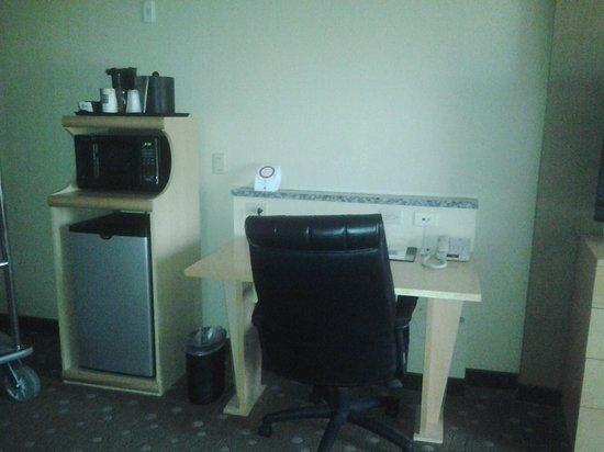 كومفرت سويتس مونروفيل: Desk/Refrigerator Area