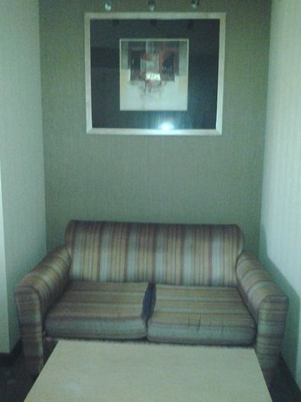 Comfort Suites: Sofa bed secluded behind half wall