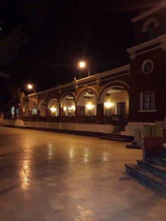 DM Hoteles Mossone Ica: Fachada à noite.