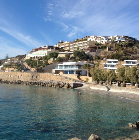 Miramare Resort & Spa: Hotel vu de la crique en bas