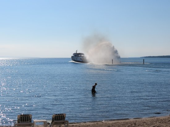 Hamilton Inn Select - Beachfront: Ferry to Mackinac Island