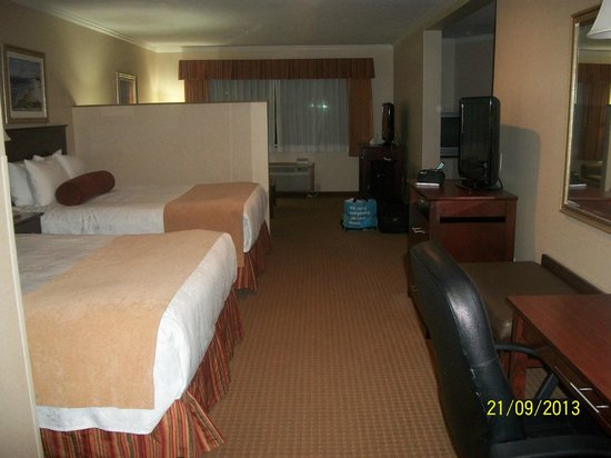 Best Western Plus Landmark Inn : Two queen beds and another TV