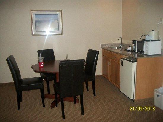 BEST WESTERN PLUS Landmark Inn: Small kitchen area