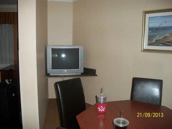 BEST WESTERN PLUS Landmark Inn: TV in kitchen area