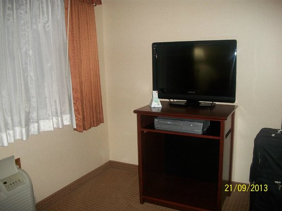 Best Western Plus Landmark Inn: TV in living room