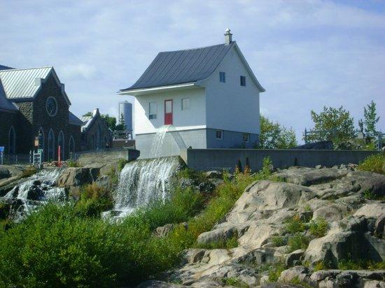 Petite cascade d 39 eau photo de musee de la petite maison for B b la petit maison