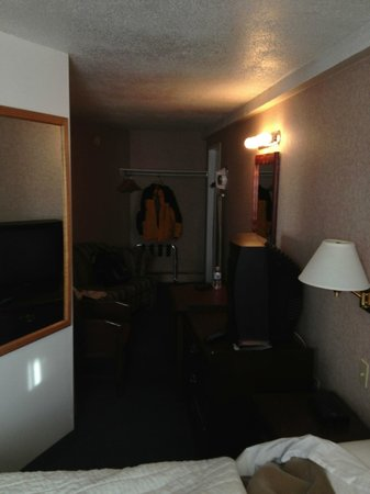 Econo Lodge Motel Village : The living area