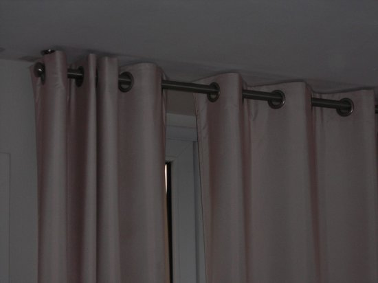 Quality Hotel Malesherbes by HappyCulture: Curtains do not block light at night
