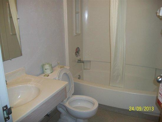 Super 8 Kennewick : Clean bathroom