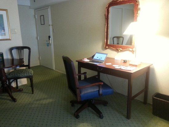 University Inn Washington DC: Desk Area