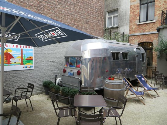 Vintage Hotel Bruxelles : Front of hotel - you can stay in this caravan!