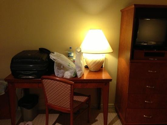 The Sydney Boulevard Hotel : writing desk with a lamp