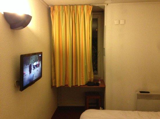 Comfort Hotel Davout Nation : ドア側から部屋を撮影