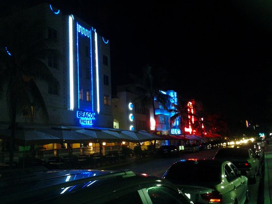 Beacon South Beach Hotel : The Beacon at night