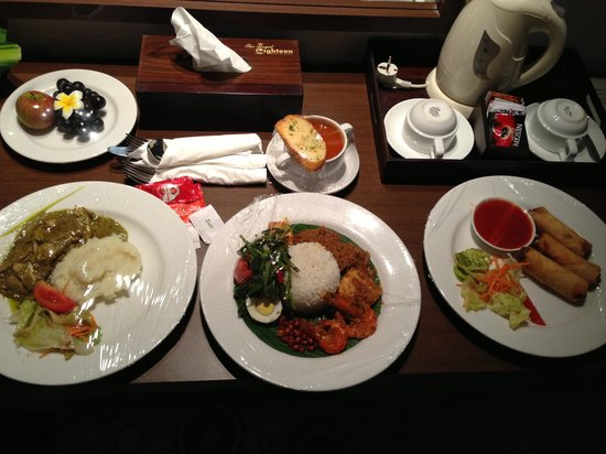 Grand Hardys Hotel and Spa Kuta: Delicious room service dinner