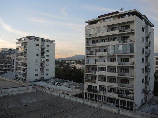 Hotel Anja : вид из номера на соседние здания торгово-жилого комплекса