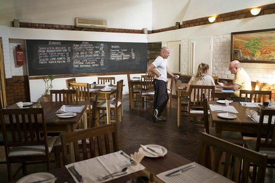 Four Seasons Bistro: Head Chef Jamie with diners