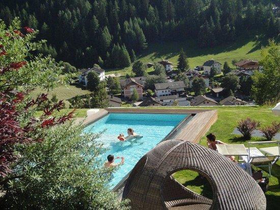 Alpenheim: Vista piscina e panorama