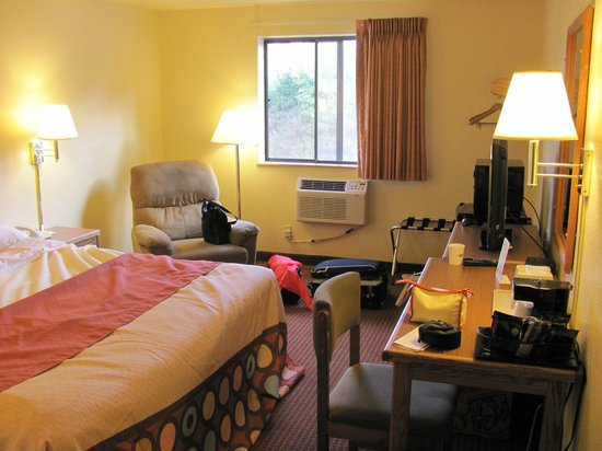 Super 8 Altoona : King bed room