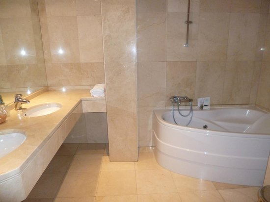 Hotel dona Urraca: Baño amplio cin bañera de hidromasaje