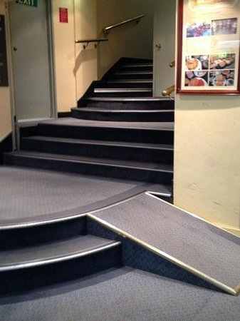 DeVere Hotel: Staircase towards guest lift (one and only)