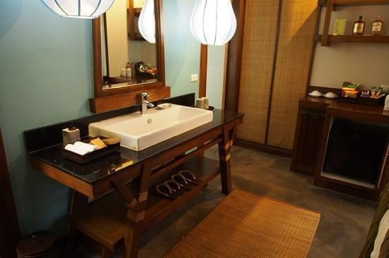 Sibsan Resort & Spa Maetaeng: The sink is located outside bathroom.