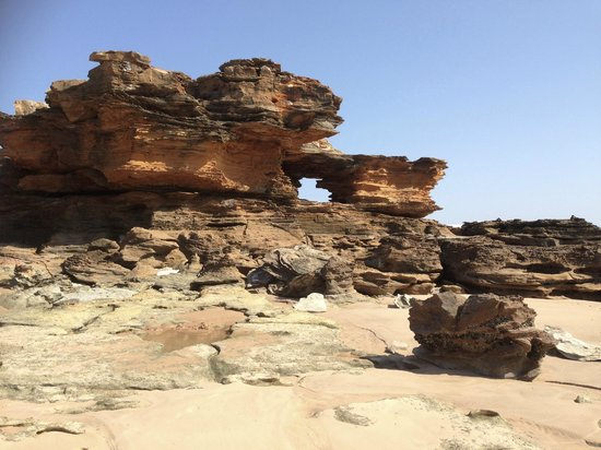 Mercure Broome: Rock formations on Broome beach