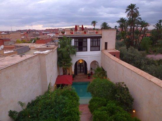 Riad Charai: Ansicht Innenhof von der einen Dachterrasse