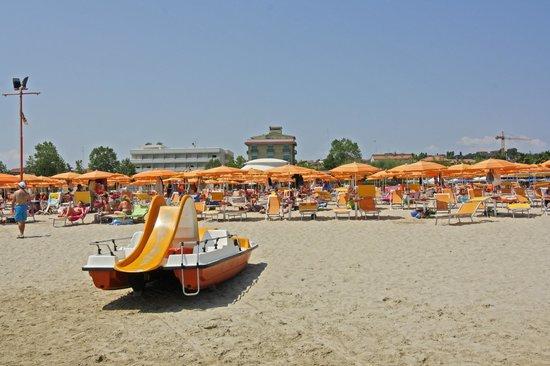 Hotel Cesare: Vista hotel dalla spiaggia