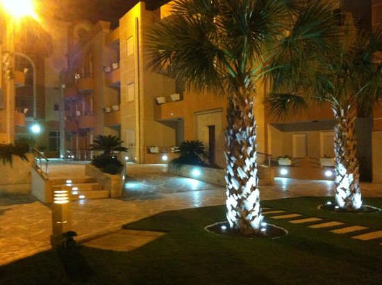 The Dunes Golf and Spa Resort: Ramp access all lit at night
