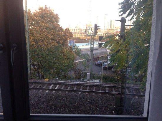 TRYP by Wyndham Frankfurt : Vista ferrovia e relativi rumori notturni..