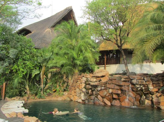 Victoria Falls Safari Lodge: Pool area