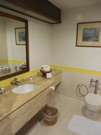 Amora Resort Tapae Chiangmai : Large and clean bathroom