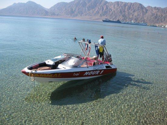 Nuweiba Coral Resort: Лодка для поездок на риф (100$ - 2-3 часа поездка) - мы брали на 6 человек