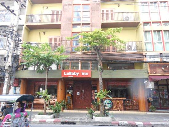 Lullaby Bangkok: 位於reco路口,靠近silom路
