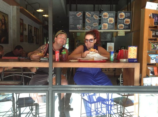 Five Monkeys - Fresh Burgers & Cold Beers: Couple from aussie