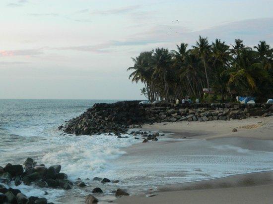 Pozhiyoram Beach Resort: The beach outside the resort