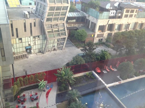 Grand Mercure Shanghai Century Park: Backyard - breakfast outside.