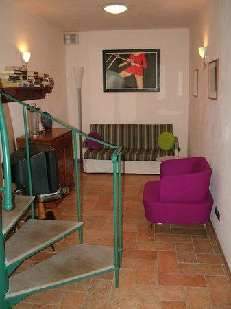Podere Poggiluglio: Lounge area in the cottage