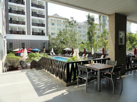 Ibis Pattaya: dining near pool