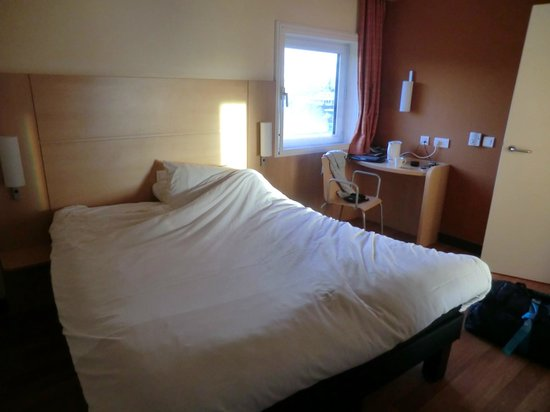 Ibis Aberdeen Centre: Bed and desk
