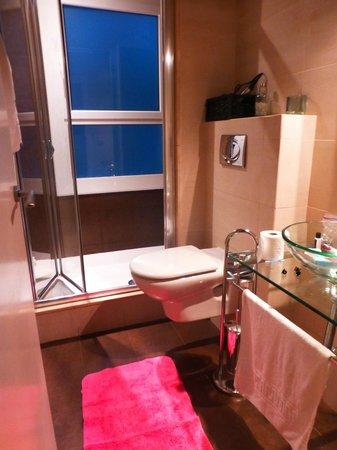 Waters II Apartments: bathroom 1